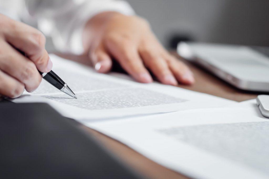 worker signing a lump sum settlement agreement